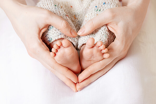 mom-holding-baby-feet-600-by-400-px-compressed.jpg